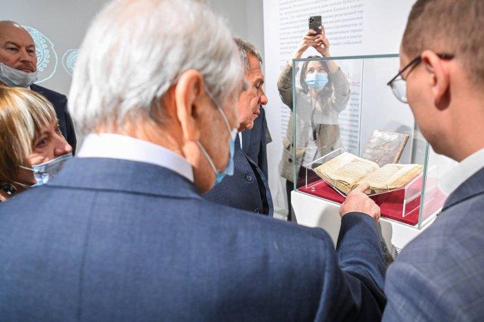 Минниханов и Шаймиев посетили выставку «Глобальный мир татарской книжности» (Фото)