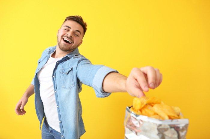 Кушать следует неспеша, тщательно пережевывая пищу (Фото: shutterstock.com).