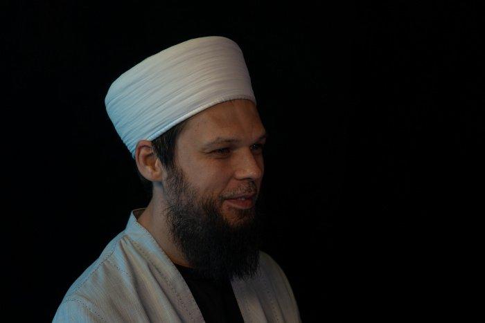 Любовь к пророку Мухаммаду (с.а.с) уберегает человека от различных отклонений.