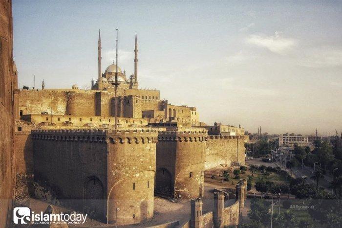 Вверху мечеть Бадра аль-Джамани – армянского командующего Фатимидов. А вокруг цитадель Саладина, уничтожившего их (Фото: zen.yandex.ru).