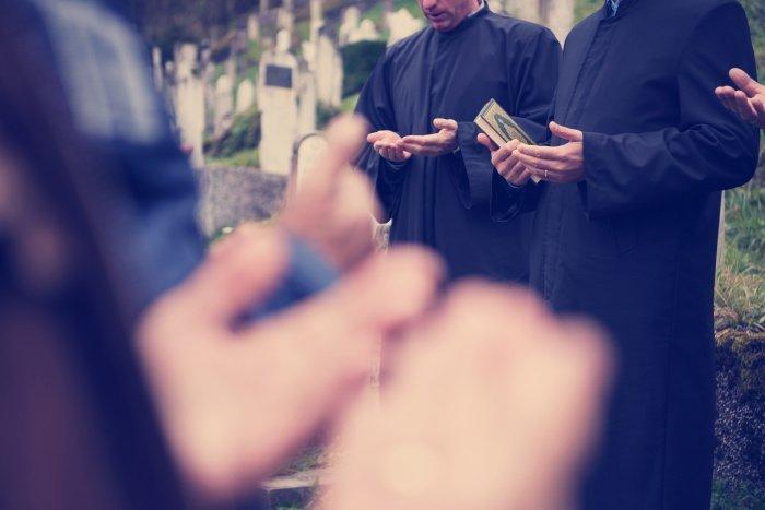 Он стоял у его могилы, пока погребение не было закончено.