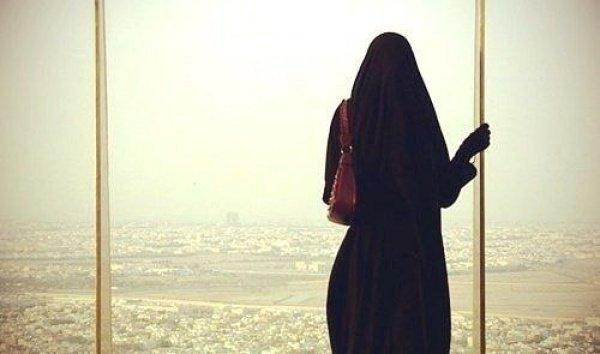 Как должна вести себя мусульманка вне дома?