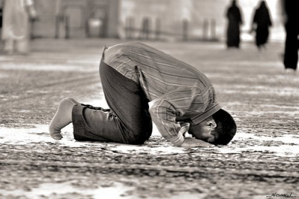 Что говорится в Исламе о прохождении перед совершающими намаз?