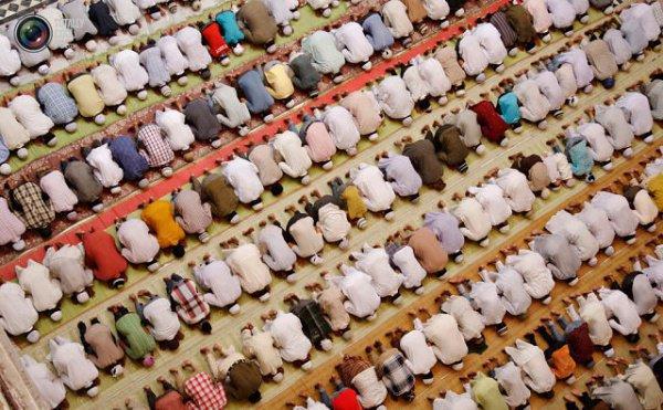 Для мужчин джамаат намаз – сунна-му'аккада (усиленная сунна). Также нельзя препятствовать женщинам идти в мечеть, если они сами того желают.