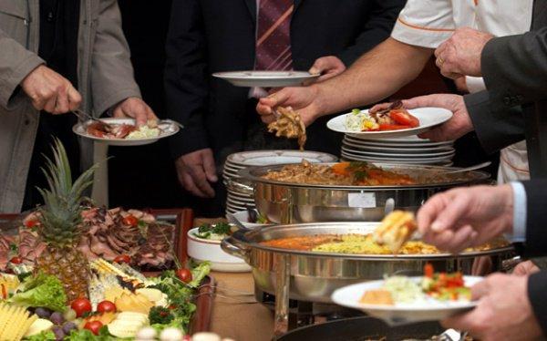 Можно ли сидеть за одним столом с теми, кто ест свинину и пьет спиртное?