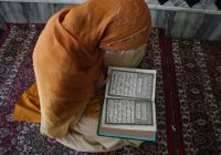 Можно ли читать Коран лежа?