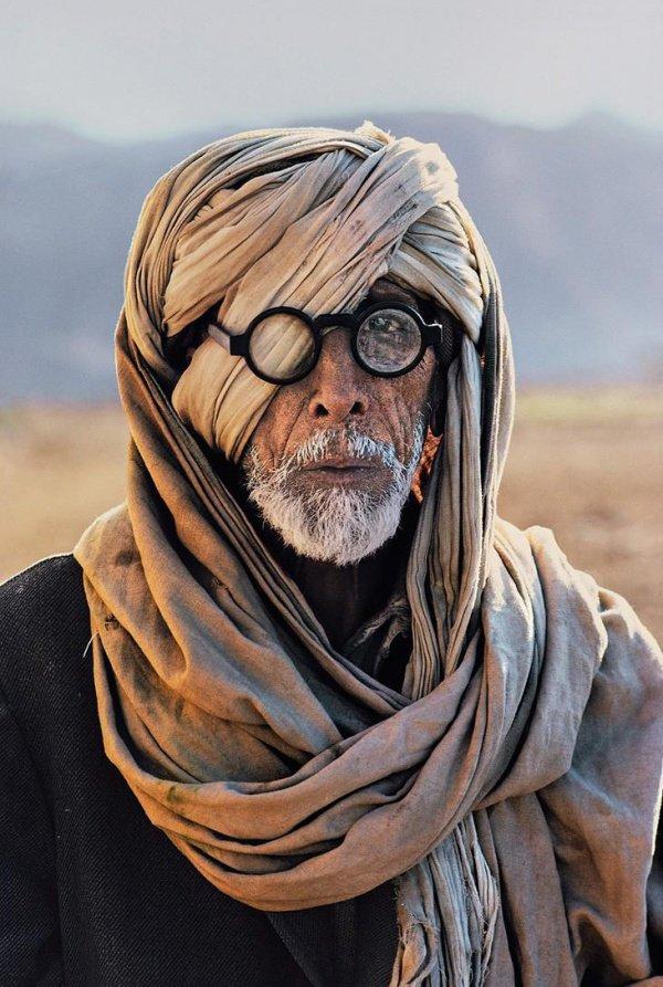 Как знаменитая афганская девочка выглядит сегодня?