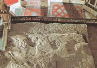 Где находится знаменитый висящий в воздухе камень (Хаджару-Муалляк)?
