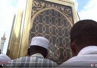 На этом месте стоял сам Ибрахим (а.с.) во время постройки Каабы