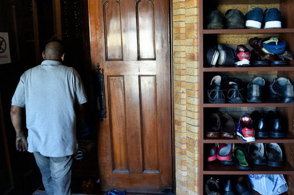 Юсуф Соуле, директор мусульманского центра, купившего церковь, отмечает, что община потратила на ремонт здания уже $300 000