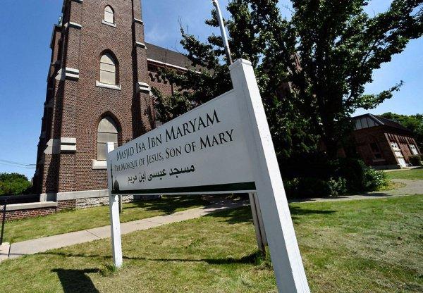 Было принято решение назвать мечеть именем Исы ибн Марьям (Иисуса, сына Марии)