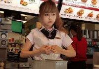Новой звездой Интернета стала «кукольная» сотрудница McDonald's (ФОТО)