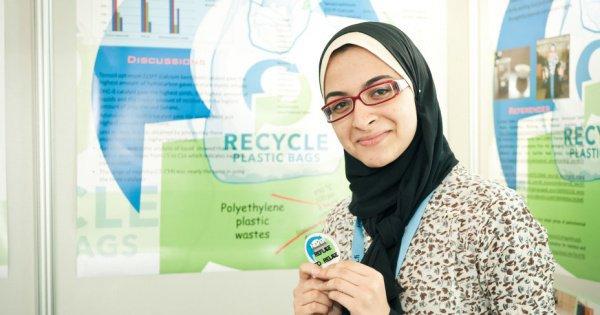 Молодая египтянка представила недорогой метод превращения пластикового бытового мусора в топливо