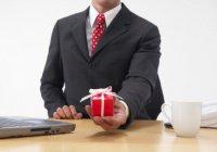 Можно ли должностным лицам принимать подарки на рабочем месте?