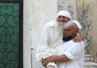 Паломник с престарелым отцом на руках стал героем Сети