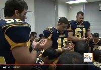 Американские школьники читают дуа перед важным футбольным матчем