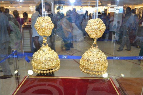 Золотые серьги весом в 1 кг поступили в продажу в Дубае
