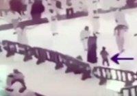 В Мекке мальчик спас маму от падающего крана (ВИДЕО)