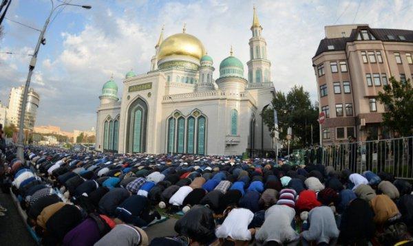 В том числе около 80 000 верующих собрались возле открывшейся на этой недели в среду Московской соборной мечети