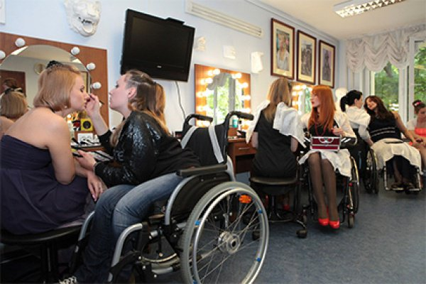 Неделю моды в Москве открыли модели-инвалиды.