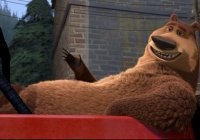 Медведь проник в автомобиль, чтобы посигналить (Видео)