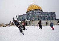 Редкие кадры: палестинцы играют в снежки возле третьей главной святыни Ислама