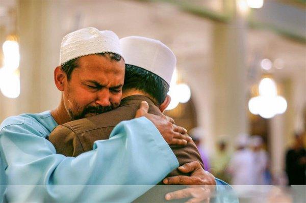 На того, кто навестит своего брата-мусульманина, будет нисходить милость до тех пор, пока он не вернется домой