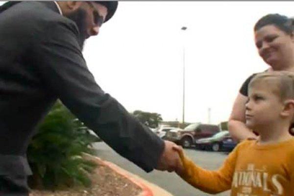 Когда мужчина закончил общение с журналистами, ребенок подошел к нему и вручил свои деньги, чтобы «помочь все убрать»