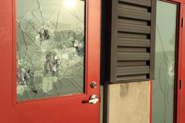 Неизвестные разбили в здании окна и повредили внутреннюю отделку