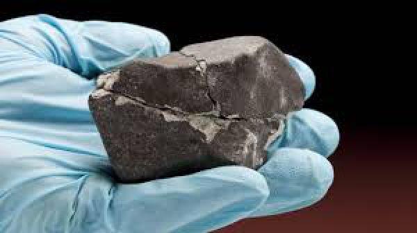 Аргентинец спрятал в своем доме обломки метеорита весом 2,5 тонны.