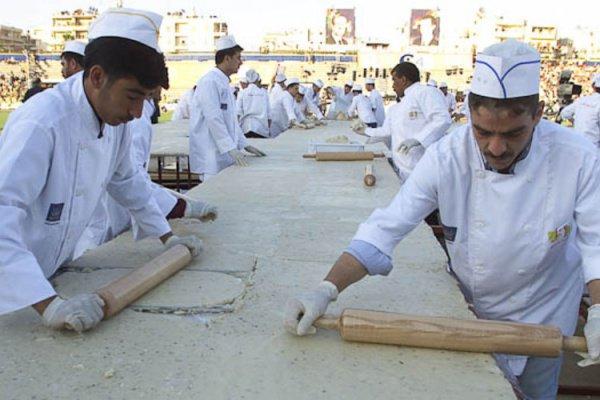 2003 год. Сирийские повара готовят торт с марципаном и фисташками весом четыре тонны на стадионе в Алеппо. Тогда сирийцы побили рекорд Нидерландов, приготовив пирог площадью 200 квадратных метров.