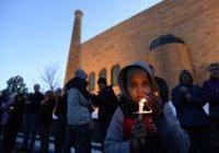 Сотни людей окружили мечеть в США после теракта в Калифорнии