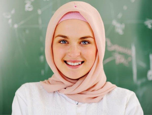 Мусульманкам предписано следовать учению Корана и покрывать себя от посторонних взглядов