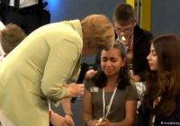 Расплакавшейся перед Меркель палестинской беженке продлили вид на жительство