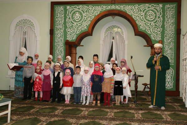 Дети тщательно подготовились к празднику.
