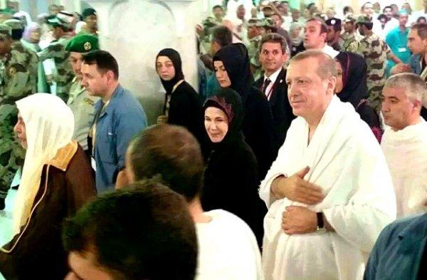 В Мекке турецкого президента сопровождала супруга.