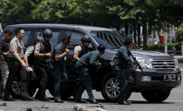 Индонезийские полицейские на месте взрыва в Джакарте.