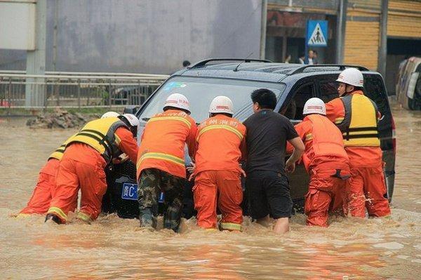 В Китае прорвало дамбу.