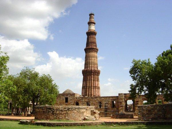 Кутб-Мина́р — самый высокий в мире кирпичный минарет (73 м). Дели, Индия.