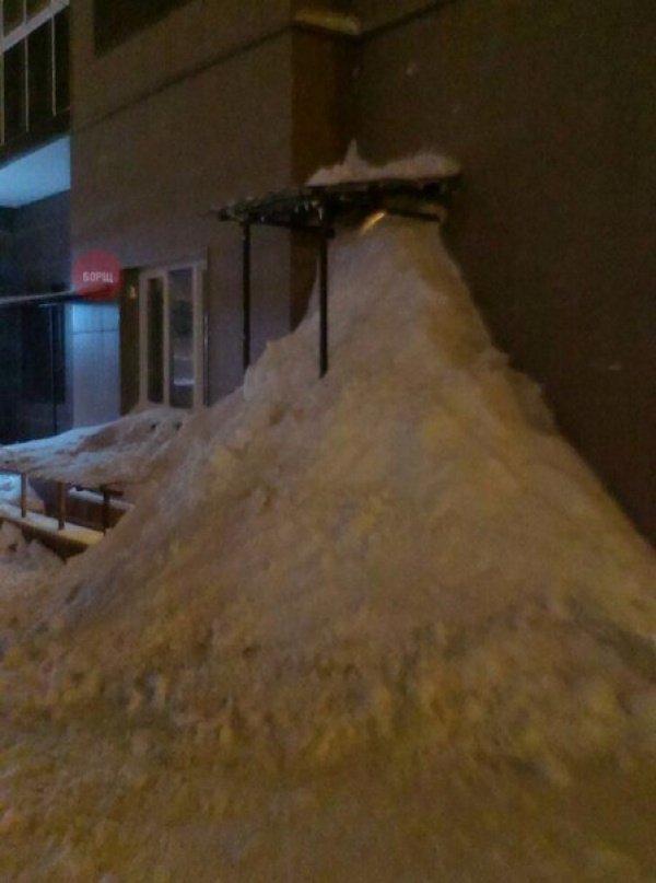 Жители ЖК, недовольные качеством уборки снега, закопали свою управляющую компанию.