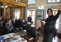 Мусульманка-гид по мечети знакомит туристов с исламом