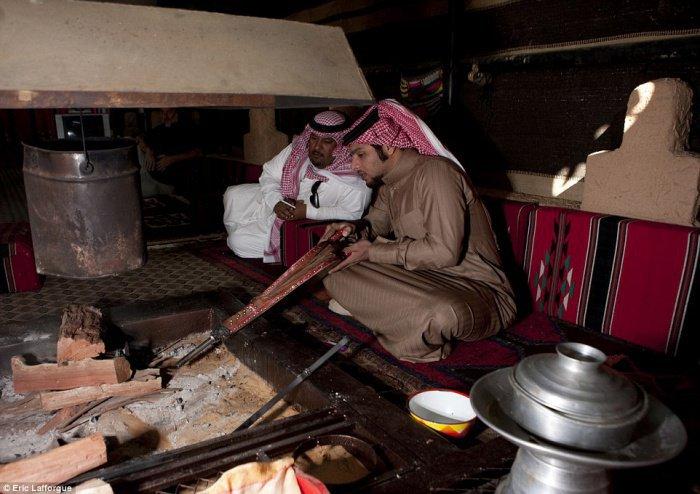 Поцелуй носами и цветы в мужской прическе: неизвестная Аравия (ФОТО)