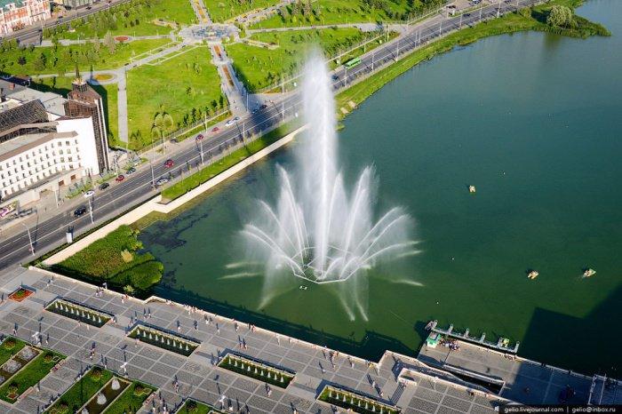 Набережная у театра им. Г. Камала. Максимальная высота подъема воды фонтана — до 50 метров.