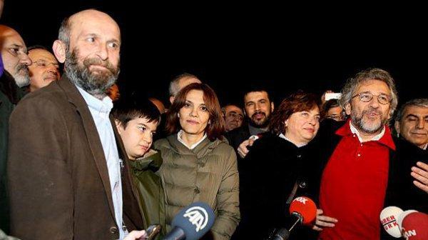 У выхода из тюрьмы журналистов ждали десятки сторонников.