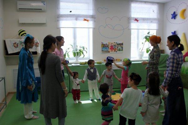 """Дети во время занятий в детском центре """"Сабыйлар""""."""