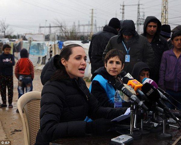 Анджелина Джоли отвечает на вопросы журналистов.