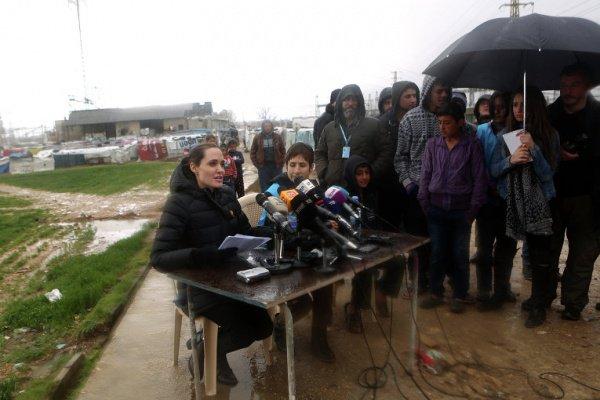 Анджелина Джоли в ходе беседы с журналистами.