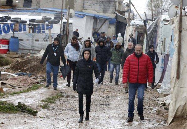 Анджелина Джоли осматривает лагерь беженцев.