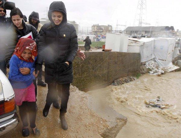 Анджелина Джоли с сирийской девочкой.