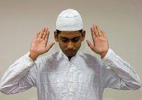 Нужно ли поднимать руки в намазе до и после поясного поклона?
